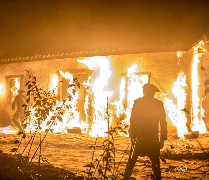 Fogo toma conta da casa em poucos instantes (Foto: Felipe Monteiro/Gshow)