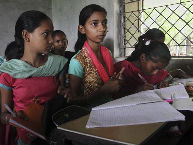 Segundo diretor da escola, estudantes fazem questão de não perder nenhuma aula (Foto: Ajit Solanki/AP)