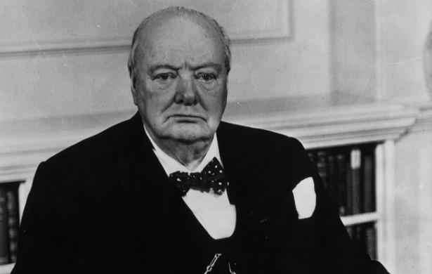 O primeiro-ministro do Reino Unido Winston Churchill (1874-1965) tinha uma âncora no antebraço. Esse costuma ser um símbolo de fé. (Foto: Getty Images)