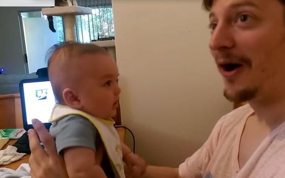 """Ted Moskalenko filma momento em que o filho Ben, de três meses, diz """"Eu te amo"""" (Foto: Reprodução Youtube)"""