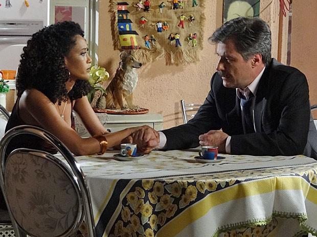 Otto é amparado por Penha (Foto: Cheias de Charme / TV Globo)