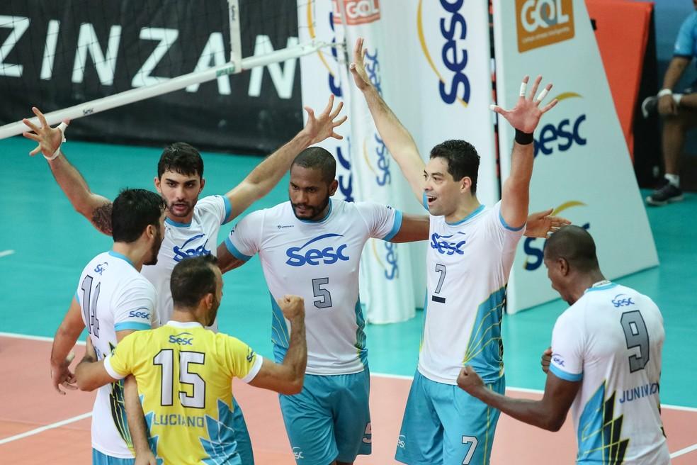 Jogadores do Sesc-RJ comemoram vitória diante do Botafogo (Foto: Marlon Falcão/Inovafoto/CBV)