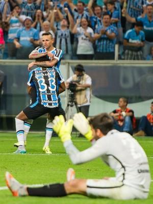Grêmio derrota o Internacional com goleada de 5 a 0 e retorna ao G-4 (Estadão Conteúdo)