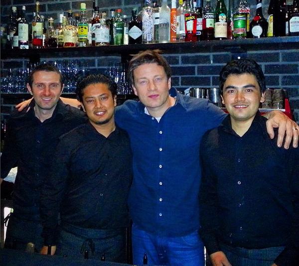 O chef e apresentador Jamie Oliver com funcionários de sua rede de churrascarias em Londres (Foto: Instagram)