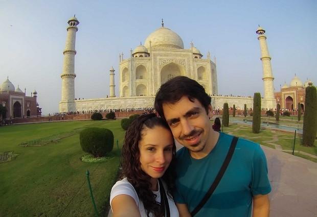 A publicitária Julie Assencio e o administrador de redes Thiago Ruiz em frente ao Taj Mahal, na Índia (Foto: Diocá/Divulgação)