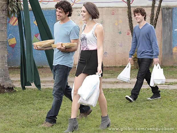 Animadíssimos, os amigos chegam com quentinhas para o almoço de todos na Toca (Foto: Sangue Bom/TV Globo)