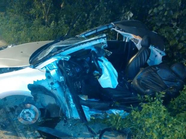 Motorista perdeu o controle do veículo e colidiu com um poste (Foto: Reprodução/Facebook Samu Litoral)