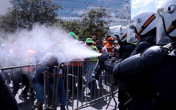 Manifestação contra as reformas e o governo de Michel Temer tomam as vias da Esplanada dos Ministérios e  entram em confronto com policiais (Foto:  Jorge William /Agência O Globo)