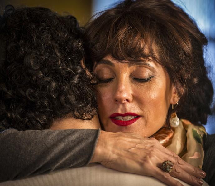 Iolanda abraça Martim (Foto: Inácio Moraes/ Gshow)