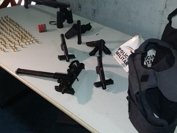 Munição e coletes à prova de balas ta,bém foram apreendidos (Foto: Leandro Máximo/TV Globo)