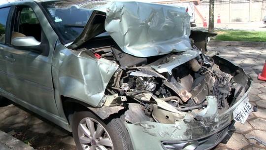 Quatro pessoas ficam feridas após carro bater em caminhão em Vitória