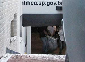 Corpo de Chorão é removido do apartamento (Foto: Alex Falcão/Futura Press/Estadão Conteúdo)