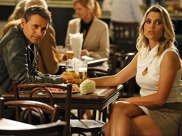 Érica fica sem graça com a situação (Foto: Salve Jorge/TV Globo)