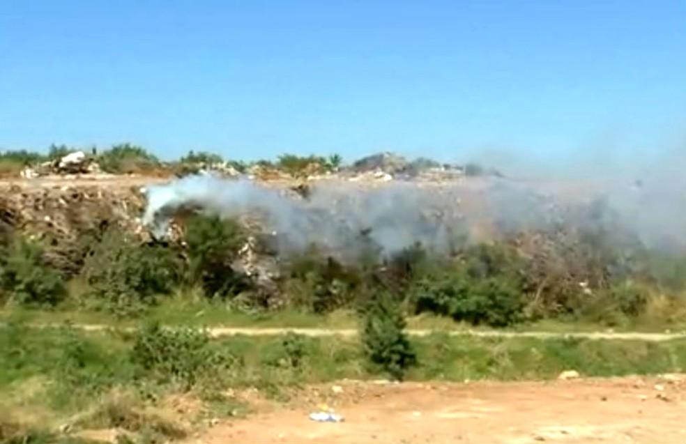 Aterro de entulhos, interditado desde a última terça após um incêndio, ainda tinha focos de fogo nesta sexta  (Foto: Reprodução / TV TEM)