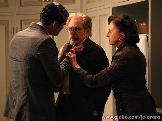 Manfred vê Gertrude e Venceslau conversando e não gosta nem um pouco (Foto: Carol Caminha/TV Globo)