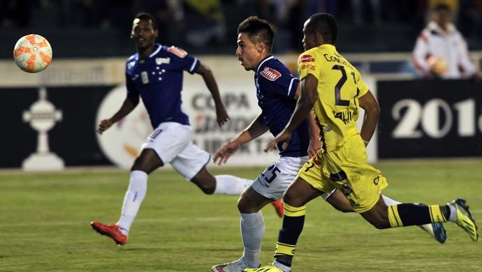 Willian e Ramiro, Cruzeiro x Universitário Sucre (Foto: AFP)