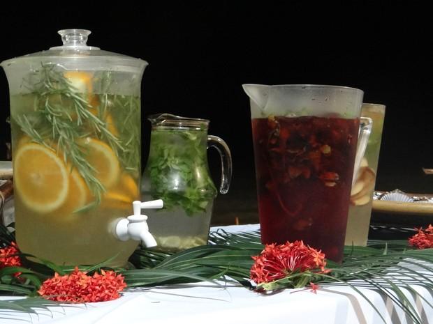 Bebida utiliza ingredientes diversos para dar sabor a água (Foto: Micaelle Morais/G1)