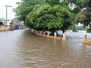 Rio Pardo transbordou e atingiu o bairro JK e parte do centro da cidade. (Foto: Magno Mayrink / VC no G1)