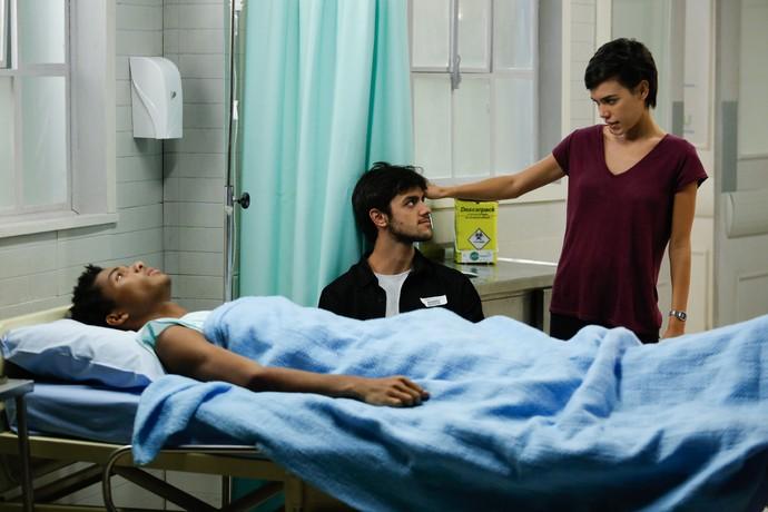 Leila encontra Jonatas com Wesley (Foto: Pedro Carrilho / Gshow)