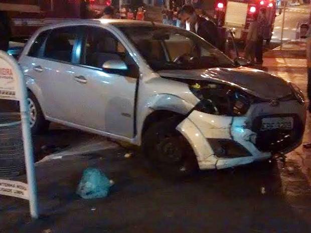 Carros colidiram no Centro de Dracena na madrugada deste domingo (8) (Foto: Ermenson Rodrigues/Panorama Notícia)