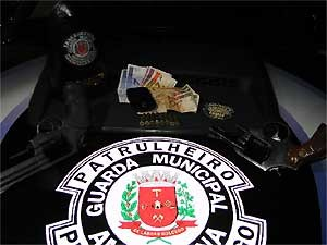 Guarda encontrou com os suspeitos as armas que foram utilizadas no assalto (Foto: Divulgação/ Guarda Municipal de Americana)