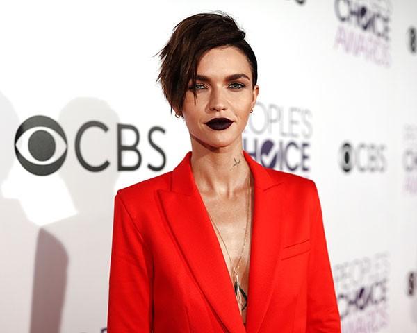 O batom escuro tem aparecido com frequência no red carpet (Foto: Getty Images)