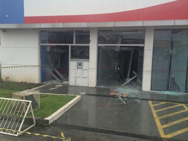 Vidro da agência bancária ficou destruído após ação dos bandidos (Foto: Solange Freitas / TV Tribuna)