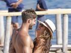 Izabel Goulart e o namorado exibem os corpos sarados em dia de praia