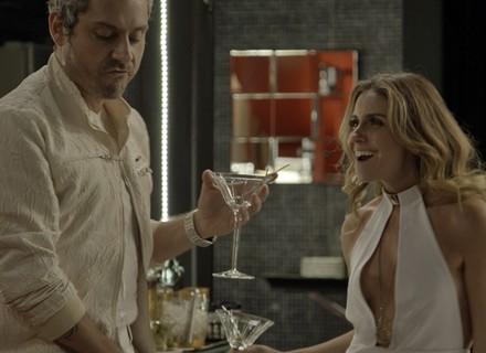 Atena faz Romero tirar a roupa para garotas de programa