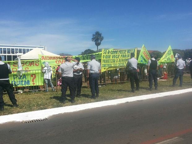 Manifestantes liberam via em frente ao Palácio do Buriti (Foto: Isabella Formiga/G1)