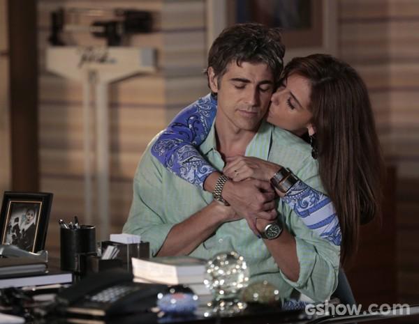 Clara acalma o marido com abraços e beijos (Foto: Felipe Monteiro / Em Família)