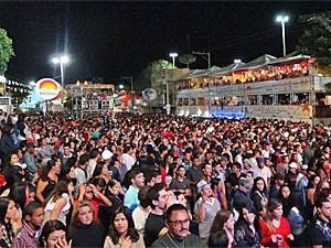 Público lotou a Praça da Bandeira nesta terça (Foto: Katherine Coutinho/G1)