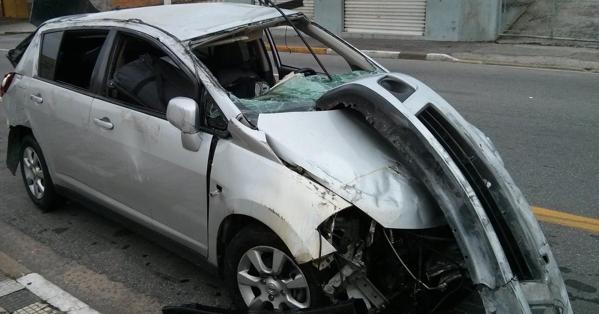 Dois carros capotam e cinco ficam feridos na rodovia Carvalho Pinto - Globo.com