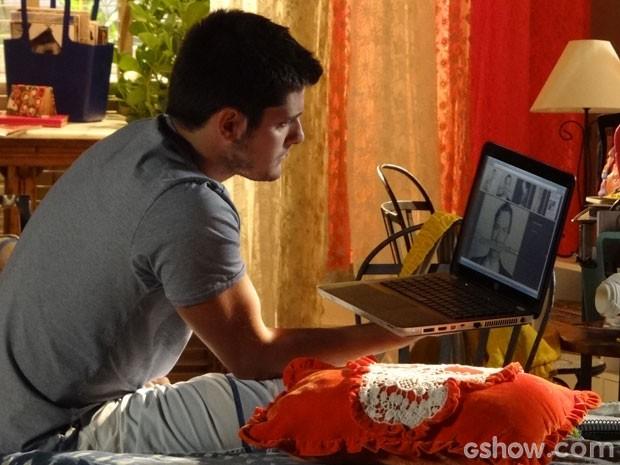 André flagra Luiza pesquisando sobre Laerte (Foto: Em Família/TV Globo)