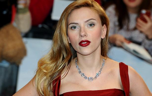 """No fim de 2013, fotos íntimas foram """"roubartilhadas"""" do celular de Scarlett Johansson. Ela falou a respeito disso no talk-show de David Letterman. """"Alguém roubou minhas fotos em que estou pelada. Elas foram vazadas para que o mundo as visse, o que foi uma lástima, com certeza"""", disse a atriz. Ela trata o incidente como """"repugnante"""" e """"chocante"""". (Foto: Getty Images)"""