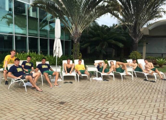 Antes de entrar na piscina, australianos relaxaram nas esteiras (Foto: Reprodução)