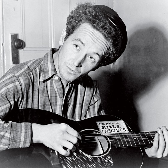 O cantor e compositor Woody Guthrie. Ele despertou Bob Dylan para o folk e os temas (Foto: Alamy Stock Photo)