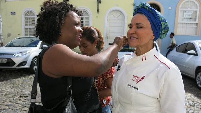 Maquiadora Eliana Pimentel prepara Tereza Paim para a gravação (Foto: TV Bahia)