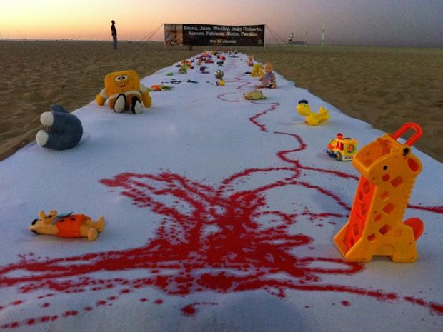 Rio de Paz faz protesto na praia de Copacabana contra mortes de crianças (Foto: Divulgação)