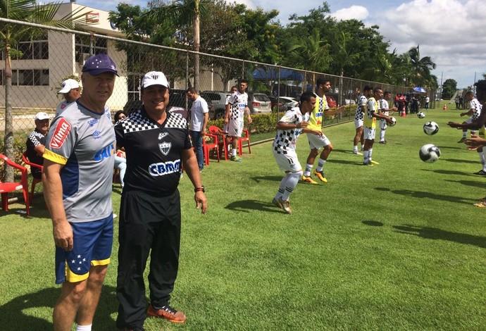 Mano Menezes e técnico China, do Araxá Esporte Clube - jogo-treino na Toca da Raposa II  (Foto: AEC/Divulgação)
