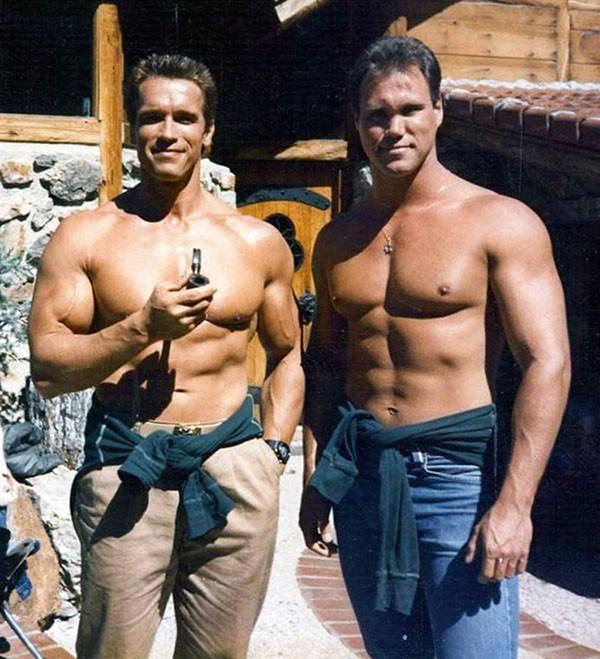 Arnold Schwarzenegger e dublê (Foto: Reprodução / Reddit)