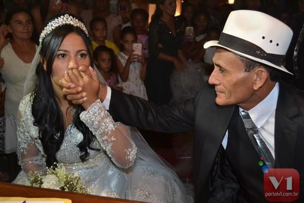 Stefhany Absoluta beija a mão do marido, Roberto Cardoso (Foto: Divulgação/Sergio Alves Portal V1)