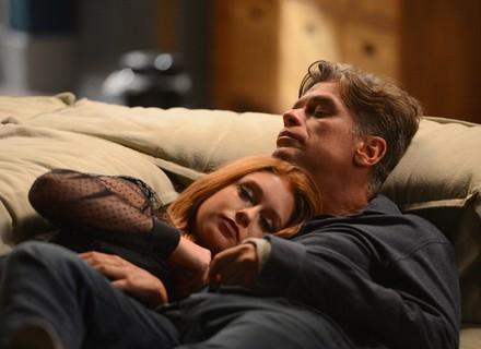 Arthur e Eliza dormem juntos no sofá e são flagrados pela família no dia seguinte