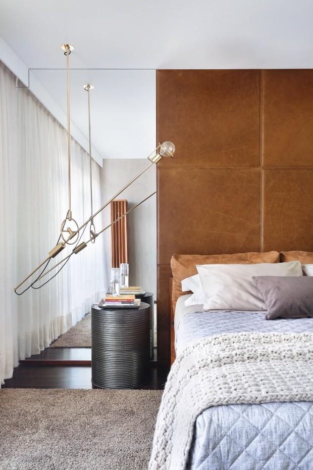 Jovem, urbano e elegante, este quarto de 45 m², projeto do escritório Yamagata Arquitetura, atende ao desejo do morador por um espaço mais moderno, que seguisse cores sóbrias (Foto: Denilson Machado / Divulgação)