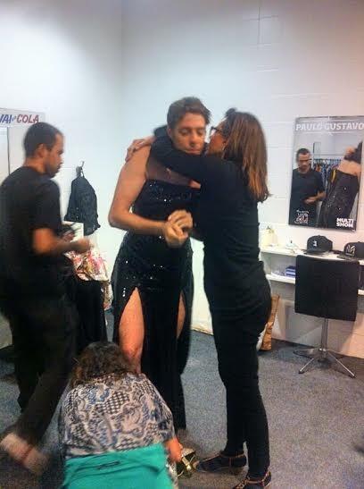 Narcisa ajuda Fbio Porchat a tirar o vestido no camarim do Vai Que Cola (Foto: Multishow)