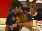 Grávida, noiva de Luciano Szafir volta a circular com o ator em aeroporto