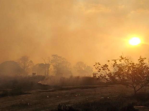 Área da Via Chico Mendes ficou coberta de fumaça  (Foto: Maurício Brasil/Arquivo pessoal)