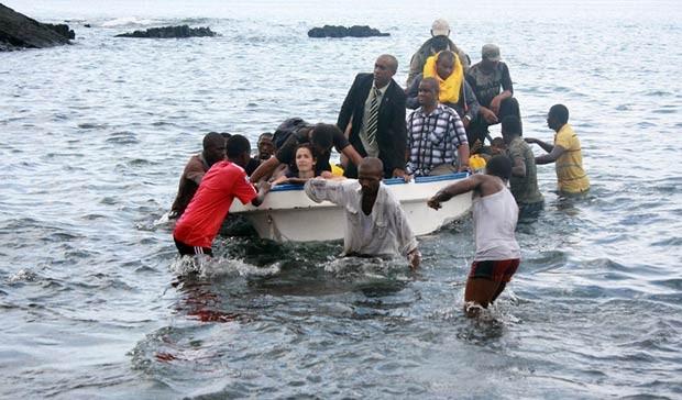 Passageiros são resgatados após acidente nesta terça-feira (27) nas Ilhas Comores (Foto: AFP)