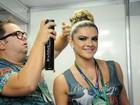 Mirella Santos ajeita fantasia e retoca make antes do desfile da Grande Rio