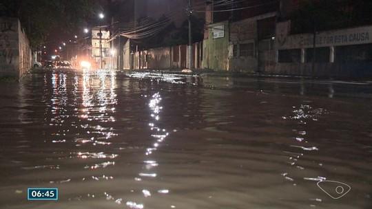 Chuva provoca alagamentos e causa transtornos em Vila Velha, ES